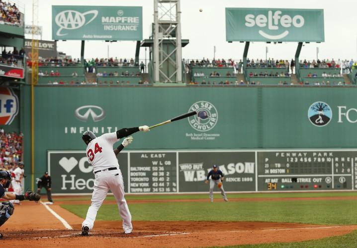 David Ortiz de los Red Sox en Fenway Park anotando sobre el campo derecho
