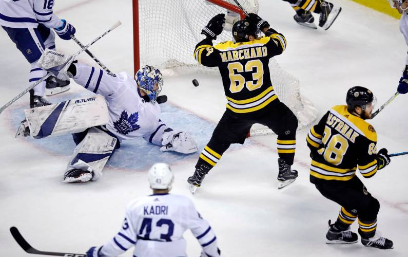 4ea4093f725 Bruins score 4 in 3rd to beat Maple Leafs 7-4 in Game 7