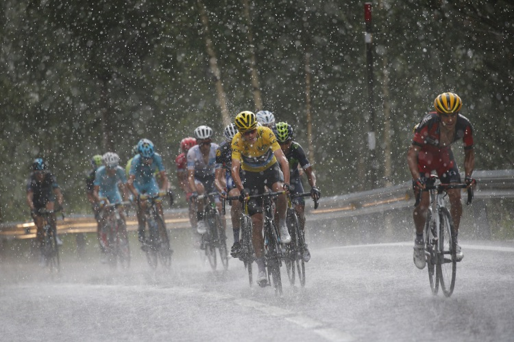 Chris Froome keeps yellow jersey in the rain